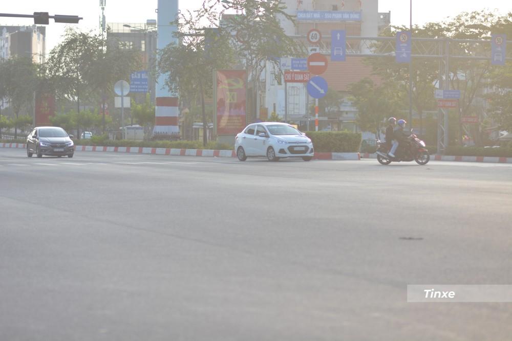 Dù đường phố Sài thành thưa thớt xe cộ nhưng người dân chấp hành luật giao thông khá tốt. Một số phương tiện chờ đèn xanh mới rẽ trái vào Nguyễn Xí, quận Bình Thạnh.