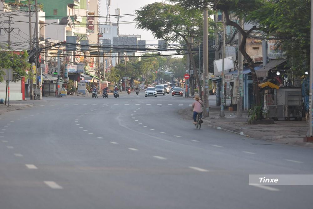 Con đường Đinh Bộ Lĩnh, quận Bình Thạnh thường ngày là địa điểm nóng của kẹt xe nhưng khá thông thoáng trong sáng ngày 12 tháng 2 năm 2021, tức mùng 1 Tết.