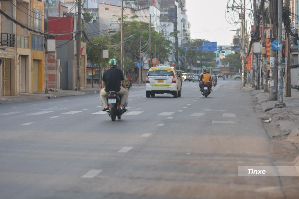 Tương tự đó là Đinh Bộ Lĩnh giao với Bạch Đằng thường xuyên kẹt xe kéo dài nhiều km trong các ngày thường nhưng sáng nay, người dân lưu thông thoải mái.
