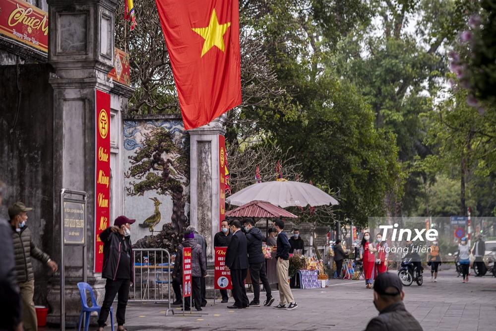 Đó là những người dân ở lại Hà Nội tranh thủ đi lễ chùa, dạo phố để tận hưởng không khí của ngày đầu năm mới/