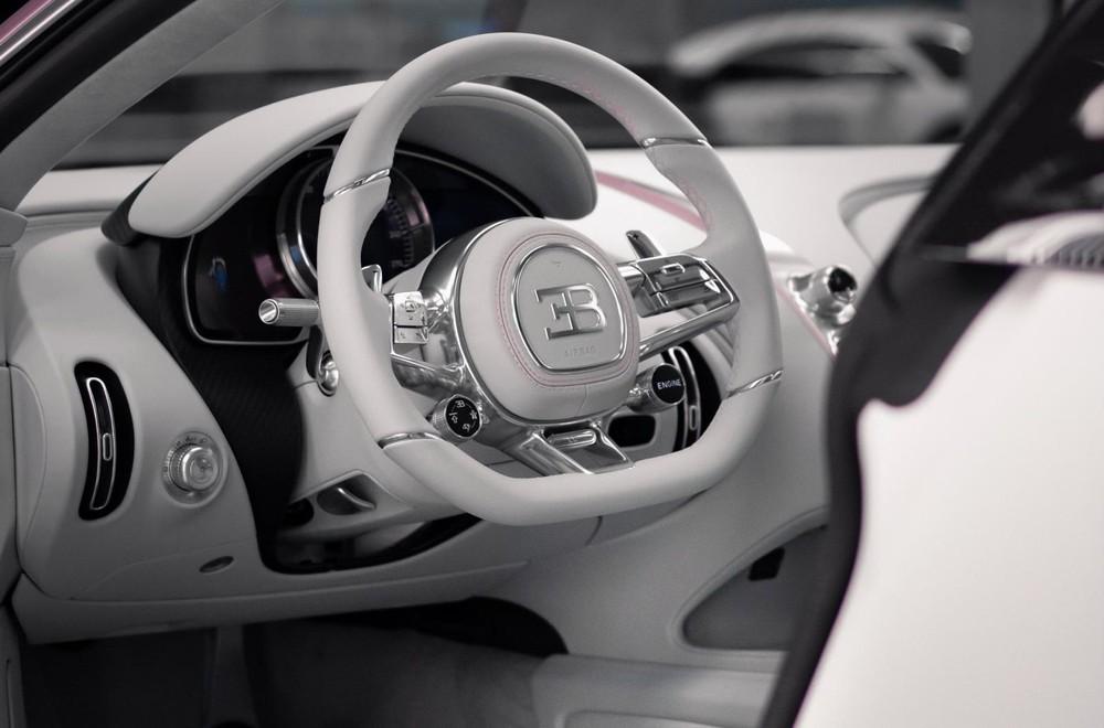 Nội thất bọc da màu trắng của chiếc Bugatti Chiron Sport
