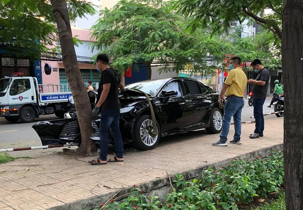 Vụ tai nạn khiến chiếc xe Toyota Camry hư hỏng nặng đầu xe