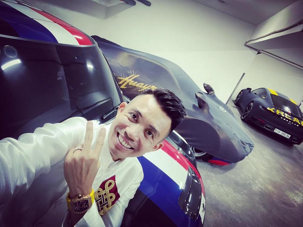 Minh Nhựa khoe ảnh chụp cùng dàn xe khủng dưới garage, Pagani Huayra vẫn bị trùm bạt