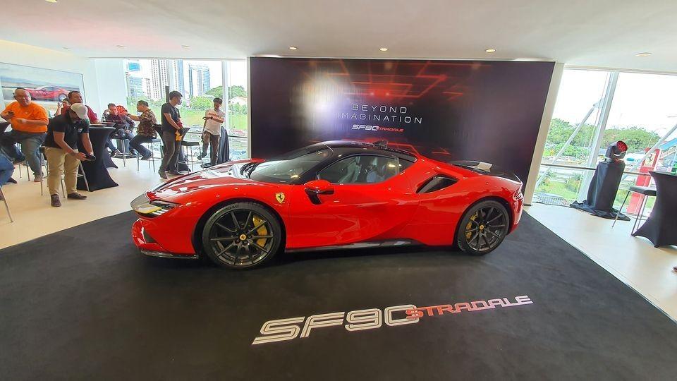 Vẻ đẹp của siêu phẩm hybrid Ferrari SF90 Stradale đầu tiên đến Malaysia theo diện xe trưng bày