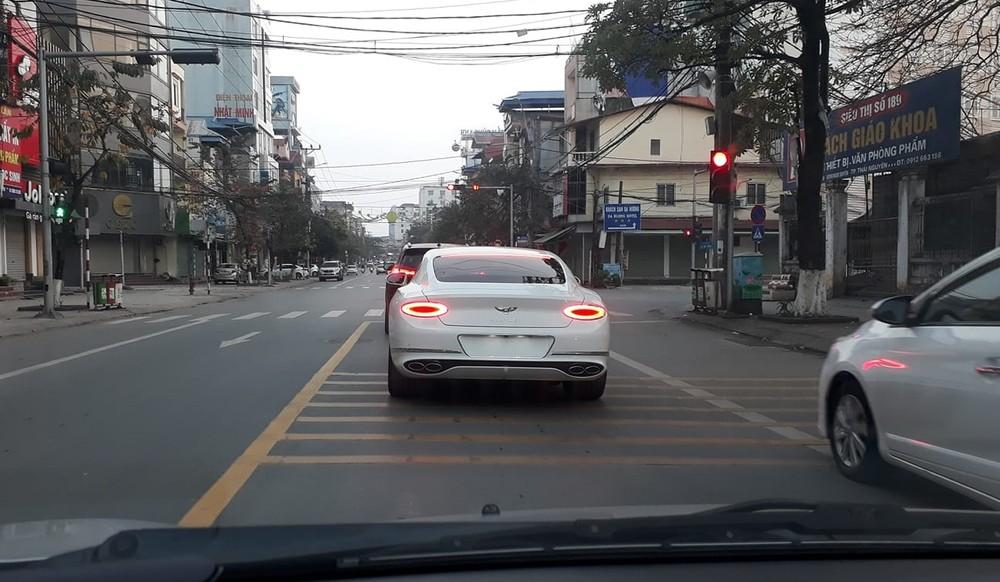 Hiện không rõ chiếc xe Bentley Continental GT V8 này định cư hẳn ở Thái Nguyên hay chỉ về đây chơi Tết
