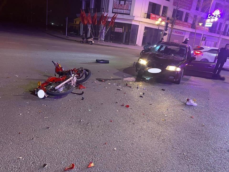 Chiếc xe ô tô vỡ nát đầu xe và kính chắn gió