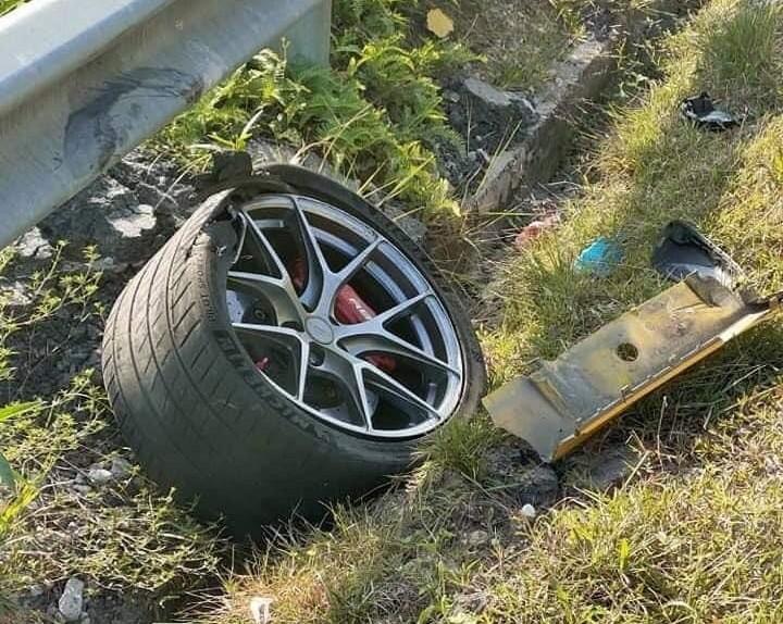Một bánh xe văng ra khỏi trục, nổ lốp và nằm cách xe khoảng 10 mét