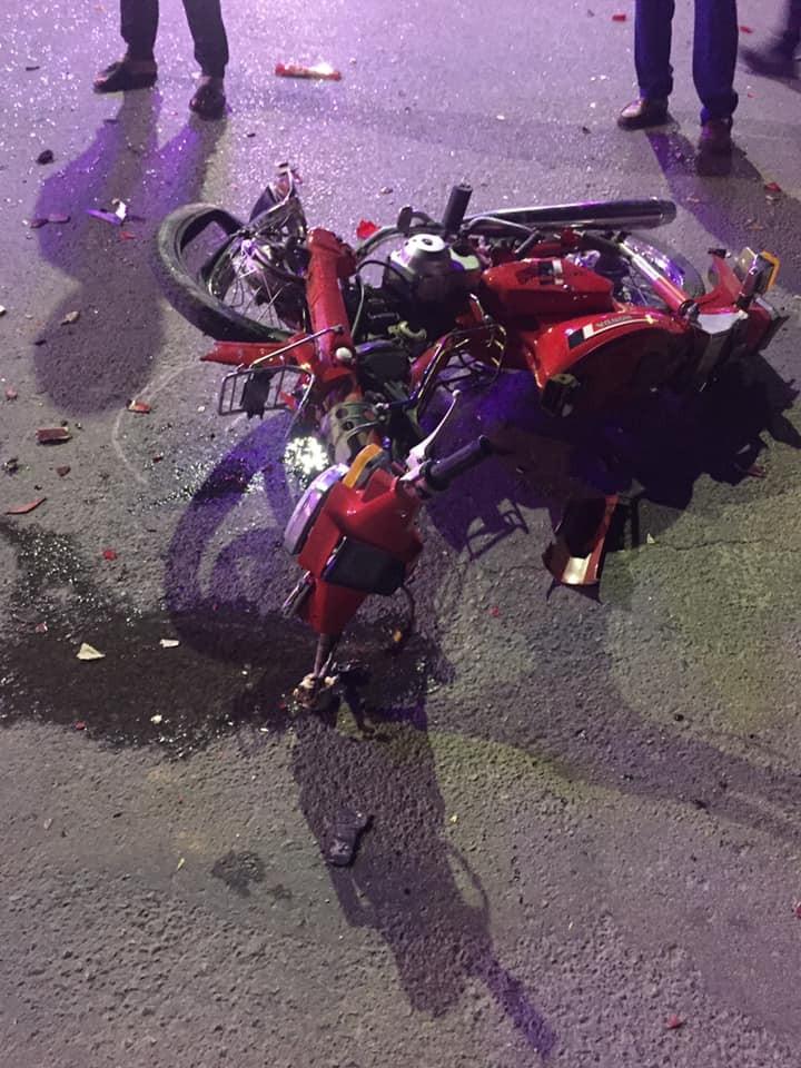 Chiếc xe máy hư hỏng nặng sau va chạm với xe Mazda 323