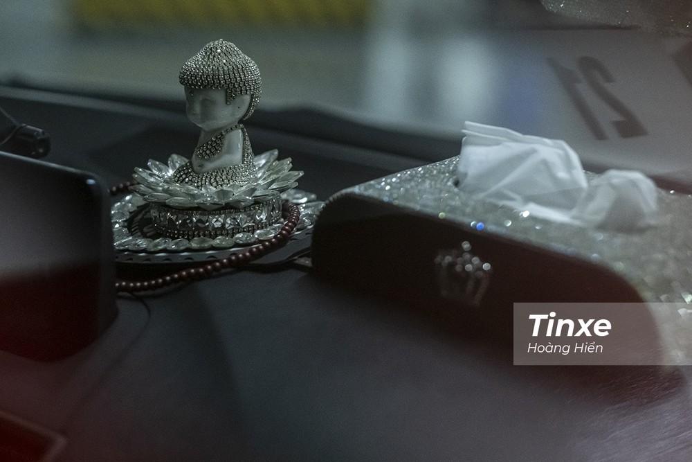 Trang trí tượng phật, nước hoa hay các hộp giấy ăn cứng có thể gây nguy hiểm cho người ngồi trong xe khi xảy ra tai nạn.