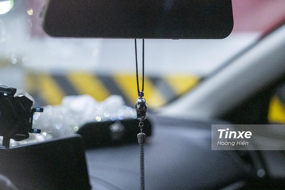 Vật trang trí. treo gương chiếu hậu có thể gây mất tập trung, cản tầm nhìn của người lái xe.