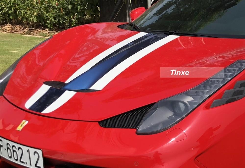 Xe còn có thêm 2 sọc màu trắng và xanh dương đậm tạo điểm nhấn