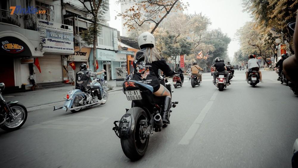 Nữ biker cá tính xuất hiện trong đoàn diễu hành
