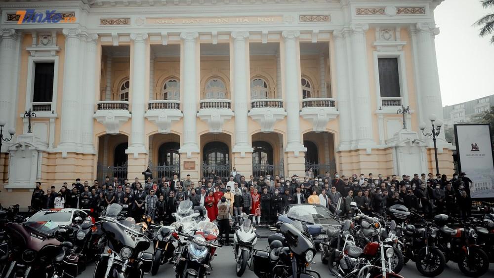 Hàng trăm biker trong bộ cánh bảnh bao cùng chiễn mã của mình tập trung trong ngày mùng 3 Tết Tân Sửu