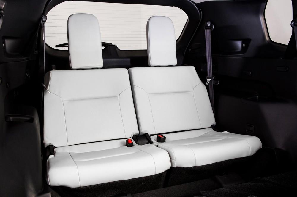 Hàng ghế sau khá hẹp của Mitsubishi Outlander 2021