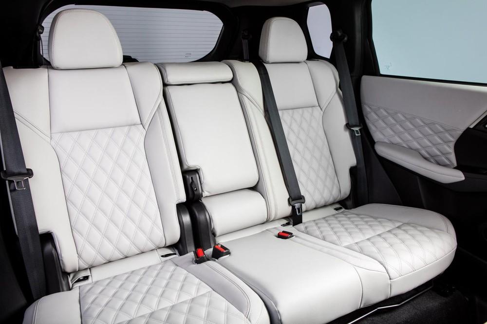 Hàng ghế thứ 2 với 3 chỗ ngồi của Mitsubishi Outlander 2021