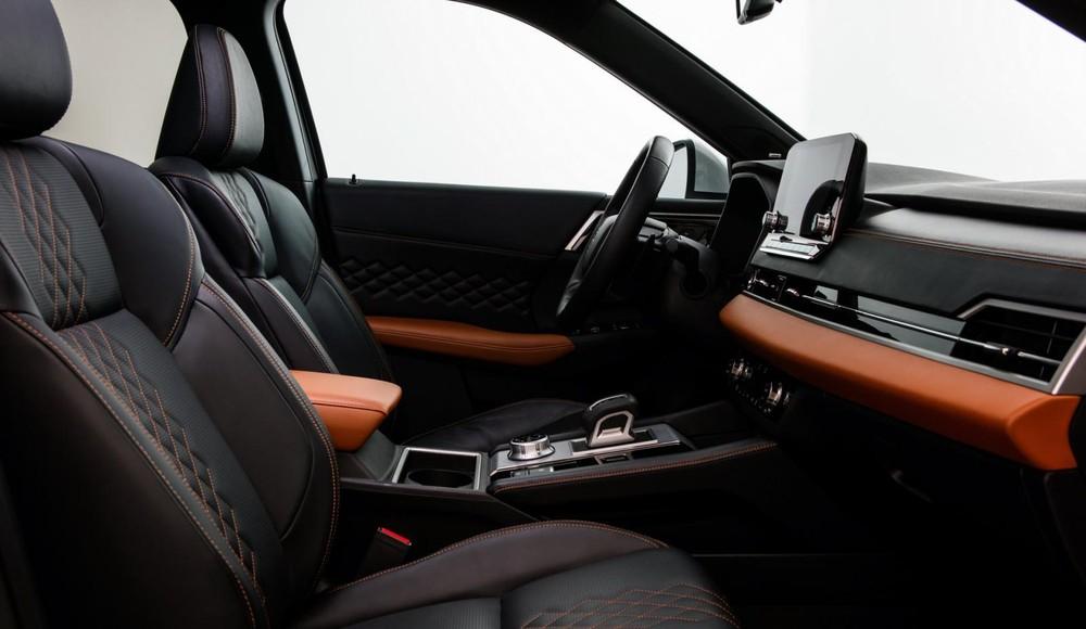 Nội thất phối 2 màu đen - cam của Mitsubishi Outlander 2021