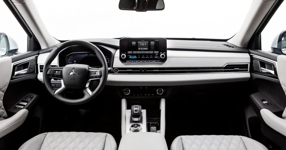 Nội thất của Mitsubishi Outlander 2021 có nhiều trang bị giống hệt Nissan X-Trail