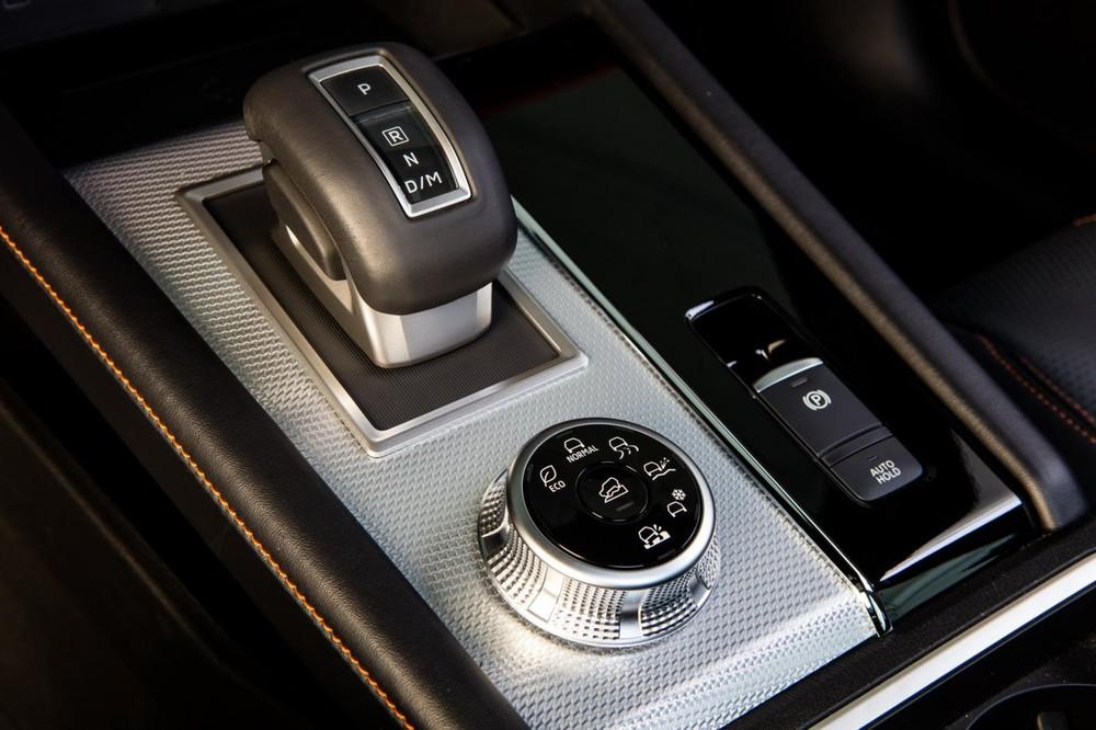 Núm xoay chọn chế độ lái và cần số điện tử của Mitsubishi Outlander 2021
