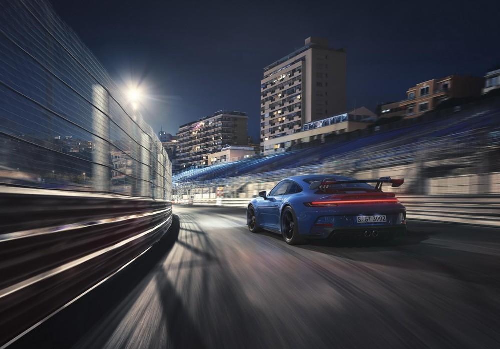 Porsche 911 GT3 2022 còn có cánh gió đuôi cỡ lớn bằng sợi carbon