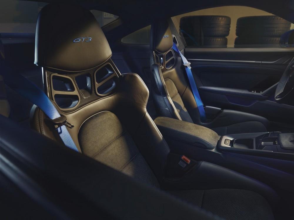 Ghế ôm lấy thân người ngồi như xe đua của Porsche 911 GT3 2022