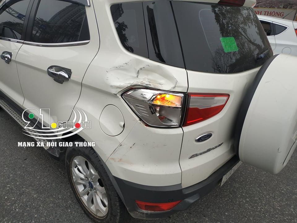4 chiếc ô tô khác cũng bị biến dạng sau vụ tai nạn liên hoàn