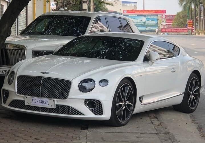 Bentley Continental GT V8 đỗ cùng Rolls-Royce Cullinan trên vỉa hè tại Thái Nguyên trong ngày Xuân