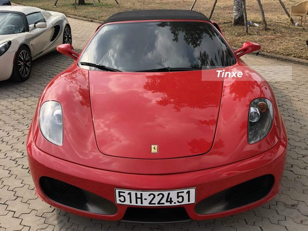 Chiếc siêu xe Ferrari F430 Spider này có màu sơn đỏ và nội thất tông xuyệt tông với màu sơn của xe