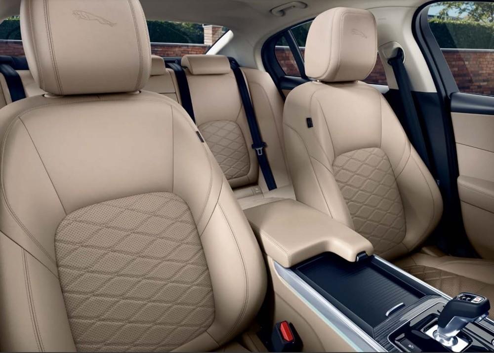 Hàng ghế trước Jaguar XE 2021có thể chỉnh điện 14 hướng