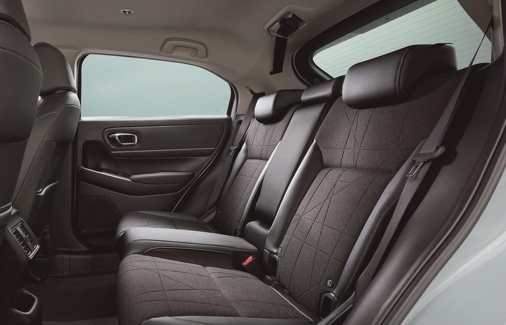 Ghế sau của Honda HR-V 2021 được khẳng định là vẫn rộng như cũ dù nóc dốc về phía sau hơn