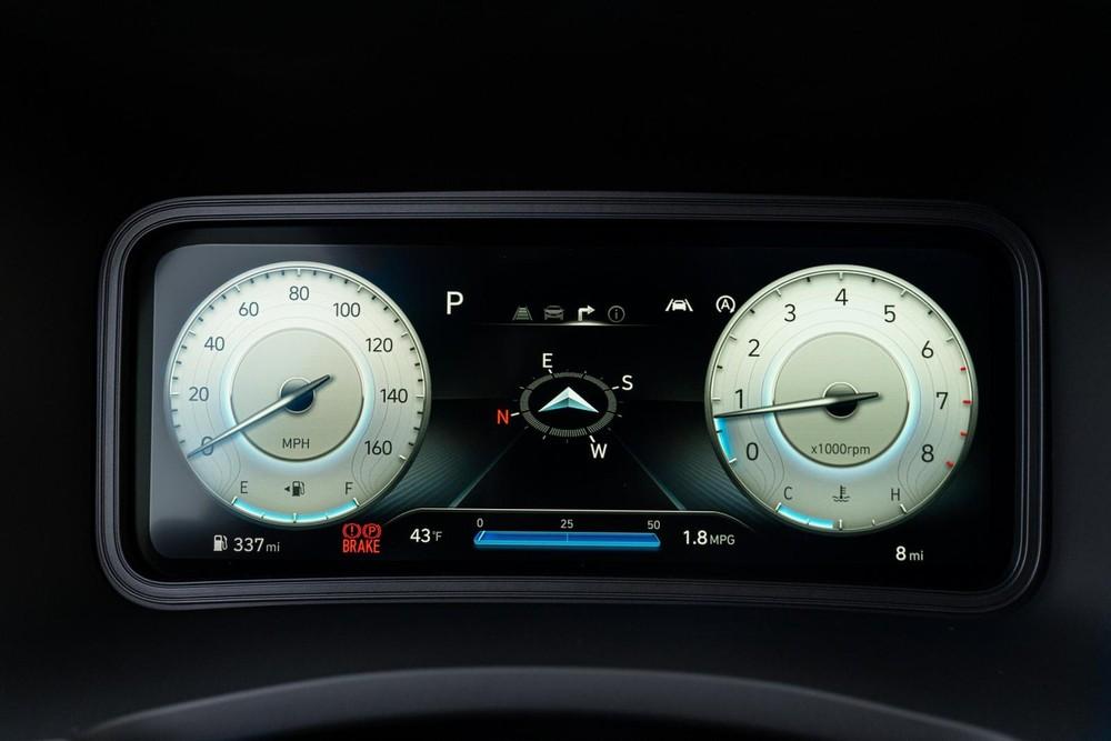 Hyundai Kona 2022 còn có bảng đồng hồ kỹ thuật số với màn hình 10,25 inch