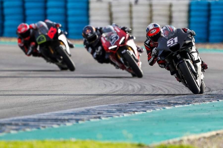 Ducati Panigale V4 S (có đèn định vị LED) chạy cùng hai chiếc Desmosedici GP21 tại trường đua Jerez