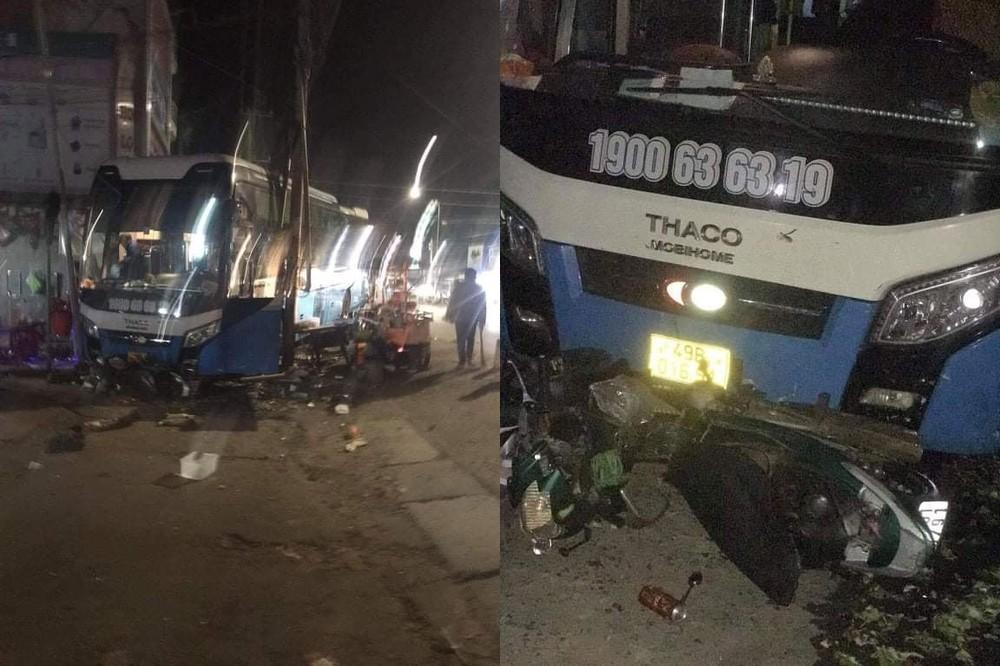 Chiếc ô tô khách và xe máy đều bị hư hỏng sau vụ tai nạn