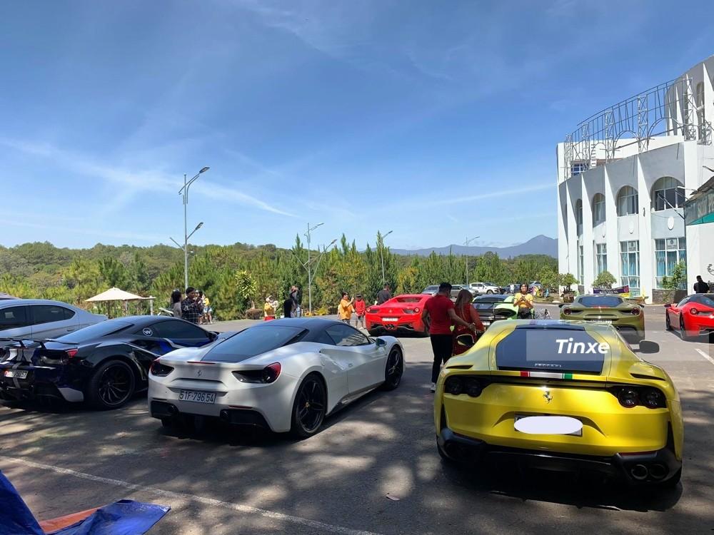 Cặp đôi Ferrari 488 GTB cùng Ferrari 812 Superfast đỗ cạnh nhau