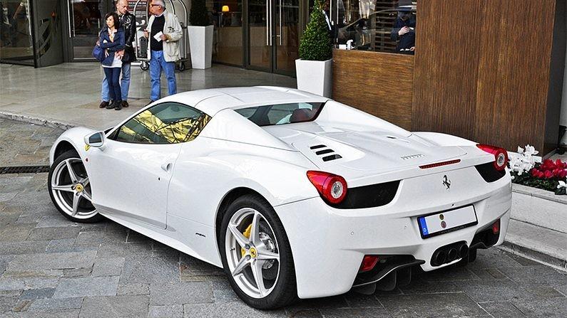 Chiếc siêu xe Ferrari 458 Spider đỗ bên ngoài tòa án