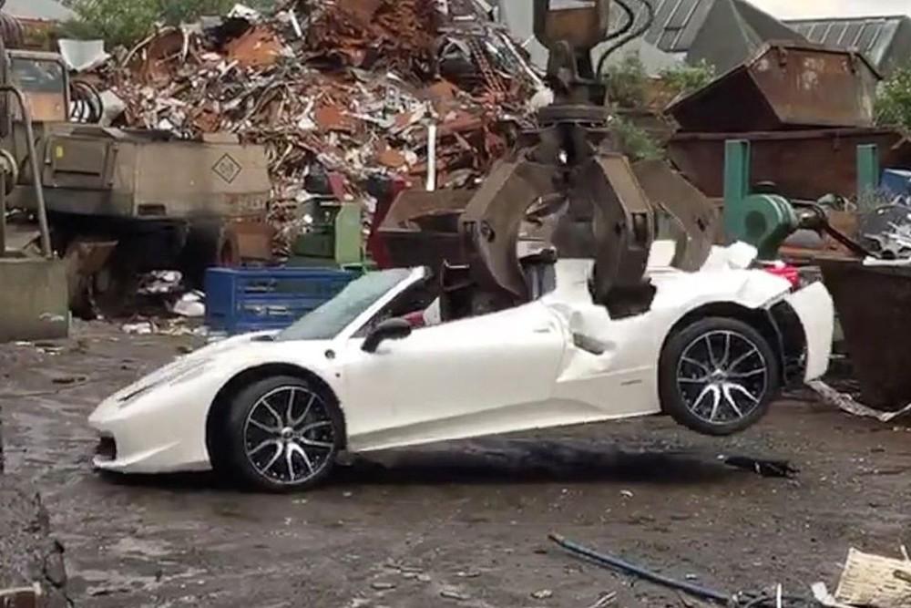 Hơn 3 năm sau khi chiếc Ferrari 458 Spider bị tiêu hủy, Khan mới kiện cảnh sát