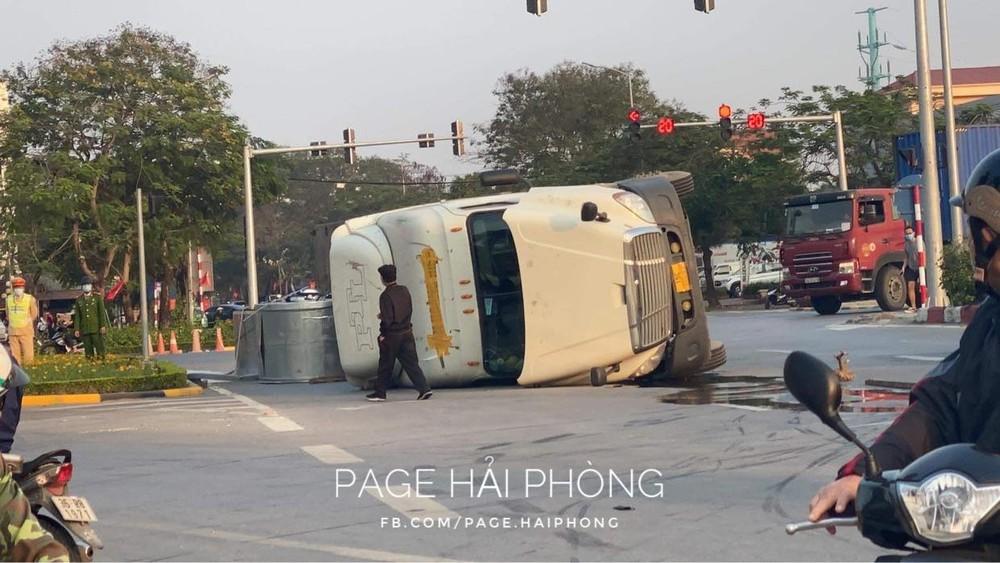Chiếc xe container bị hư hỏng sau vụ tai nạn