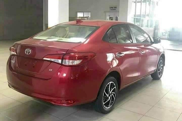 Thiết kế thân xe và đuôi xe Toyota Vios 2021 không có gì thay đổi, phiên bản G được trang bị mâm hợp kim 15 inch có thiết kế mới.
