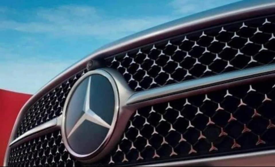 Mercedes-Benz C-Class 2022 bản AMG Line với chi tiết hình ngôi sao 3 cánh trong lưới tản nhiệt