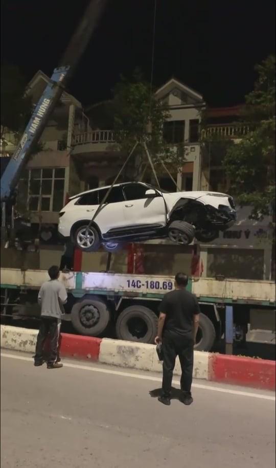Chiếc ô tô VinFast LUX SA2.0 được đưa đi khỏi hiện trường