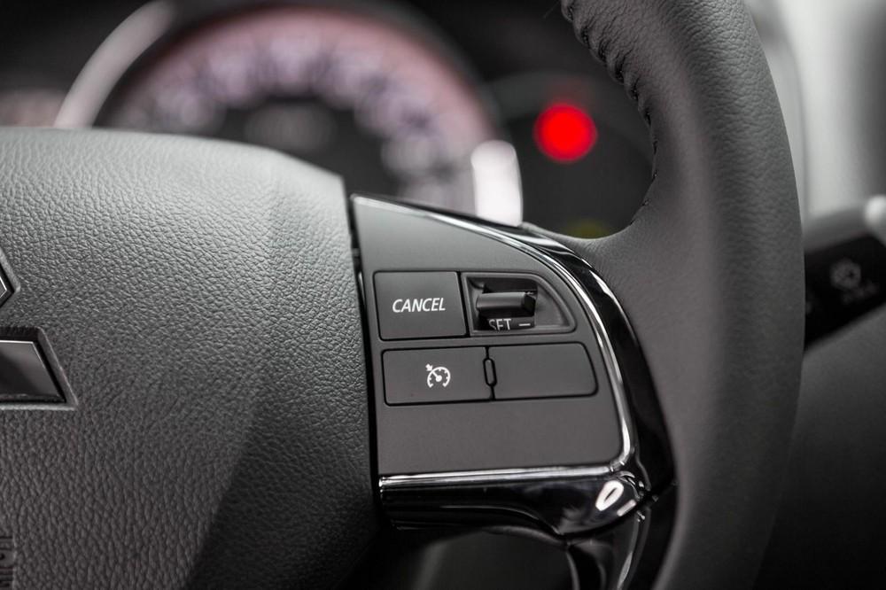 Tính năng ga tự động xuất hiện trên cụm điều khiển vô lăng.