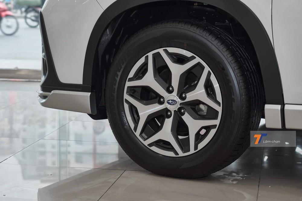 Mâm hợp kim 17 inch vẫn là trang bị sẵn có của xe.