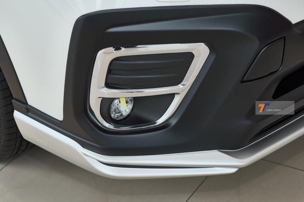 Ốp phía trước bao gồm cản trước sắc sảo hơn kèm miếng nhựa đèn ốp quanh viền đèn sương mù đem lại sự khỏe khoắn cho xe.