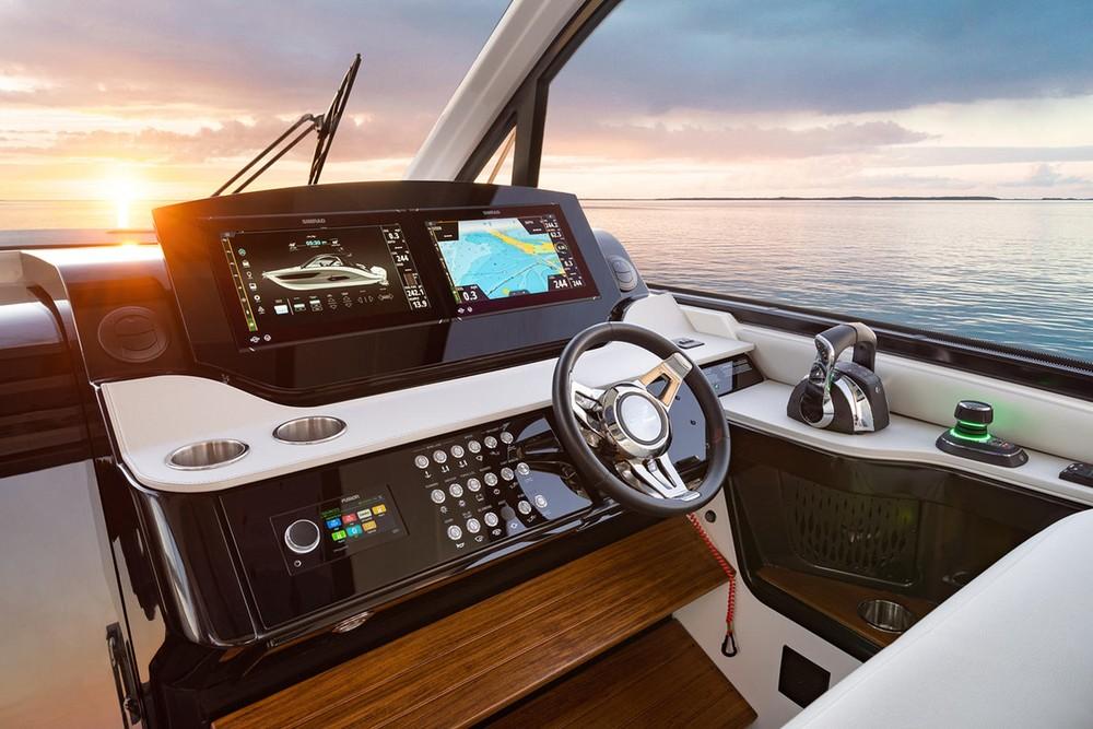 Hệ thống điều khiển củaSundancer 370 Outboard trông rất hiện đại