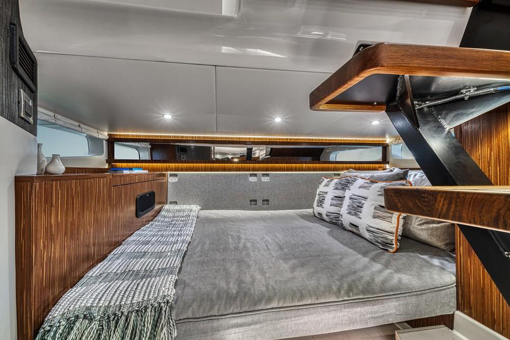 Nội thất bên dưới có ghế ngồi biến đổi thành giường cũ rộng rãi