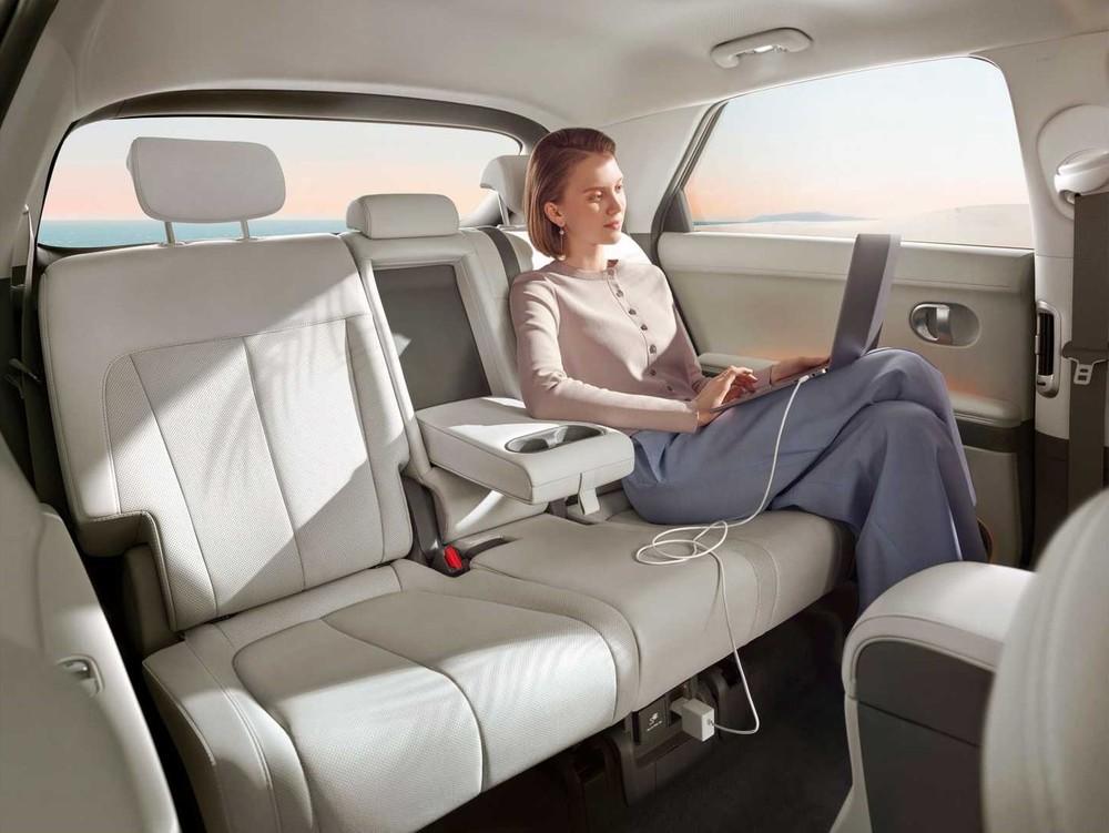Hàng ghế sau của Hyundai Ioniq 5 khá rộng rãi nhờ chiều dài cơ sở lớn