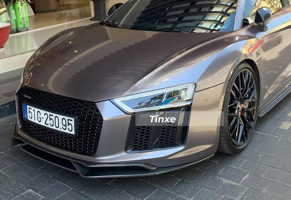 So với thế hệ cũ, Audi R8 V10 Plus có thiết kế mới ở đèn pha, lưới tản nhiệt hình tổ ong mạ crôm và hai thanh dựng dọc ở hốc gió trước. Siêu xe Audi R8 V10 Plus của CEO 22 tuổi Tống Đông Khuê còn được trang bị đèn Laser.