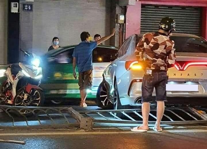Nhiều người dân điều tiết giao thông trong lúc chờ lực lượng chức năng đến