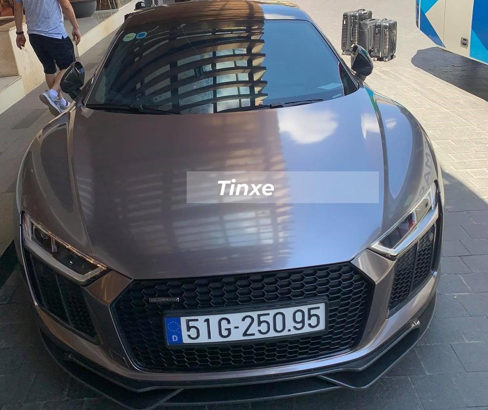 Vào tối hôm qua, ngày 22 tháng 2 năm 2021, một đoàn xe thể thao và siêu xe đã chạy từ Sài thành lên Đà Lạt, tỉnh Lâm Đồng để chơi. Trong số này, có chiếc siêu xe Audi R8 V10 Plus có lý lịch khá nổi tiếng tại Việt Nam khi là mẫu xe Audi R8 V10 Plus đầu tiên về nước, lại được phân phối chính hãng và từng thuộc sở hữu của Đông Nhi cùng Ông Cao Thắng.