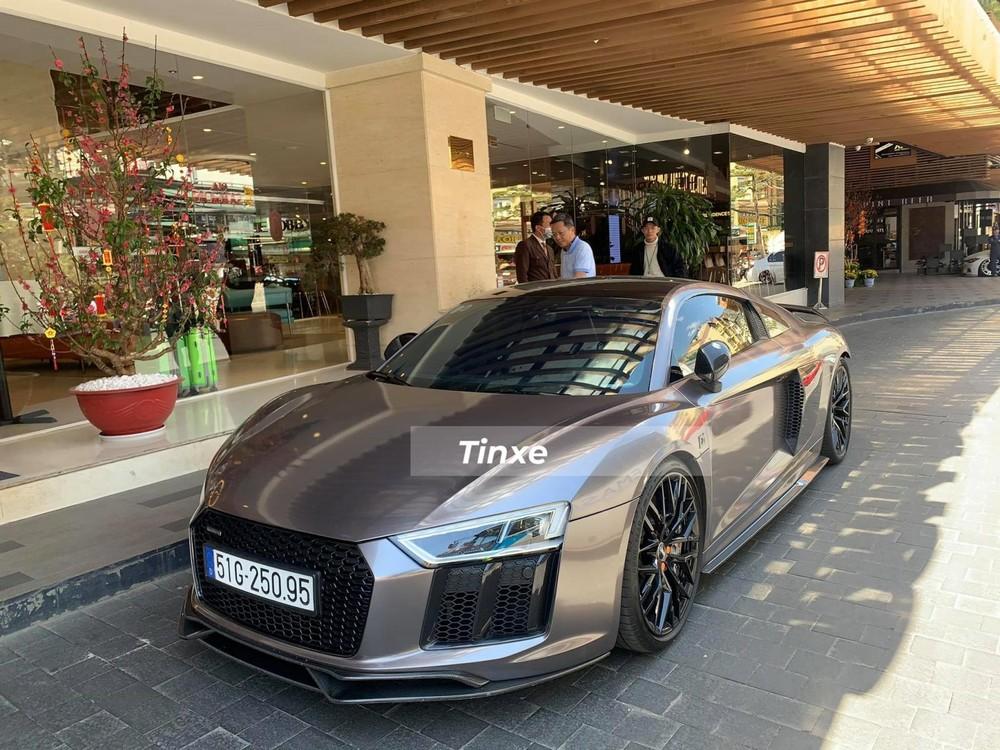 Được biết, chiếc siêu xe Audi R8 V10 Plus từng của Đông Nhi sau nhiều lần đổi chủ hiện đã về tay Tống Đông Khuê, một CEO chỉ mới 22 tuổi những đã sở hữu không ít siêu xe và xe thể thao.