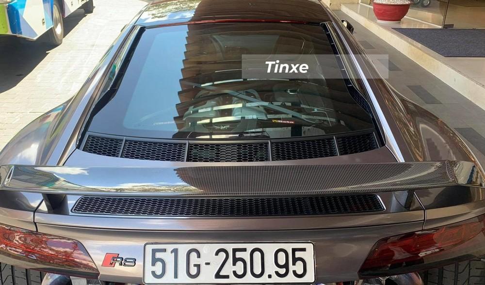 Phía đuôi xe Audi R8 V10 Plus được trang bị thêm cánh lướt gió cố định bằng sợi carbon, ở dưới là hốc gió cỡ lớn và đèn hậu dạng LED. Ngoài ra, siêu xe này còn có cản va thiết kế mới.